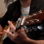 Hướng dẫn tư thế và cách cầm Pick guitar