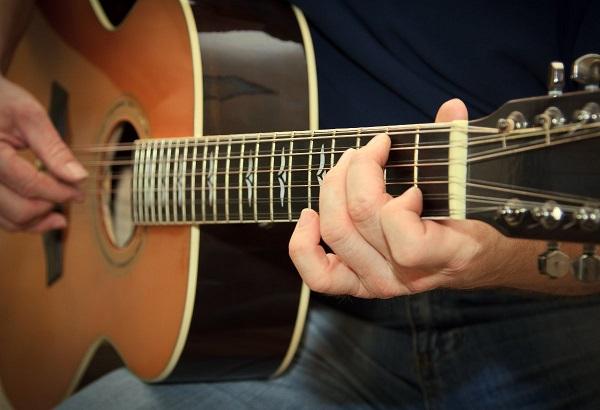 Mua đàn guitar giá rẻ TP.HCM phải lưu ý gì?