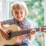 Cầm đàn guitar làm sao cho đúng nhất?